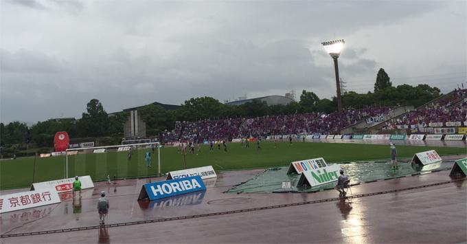 雨の日のサッカー観戦