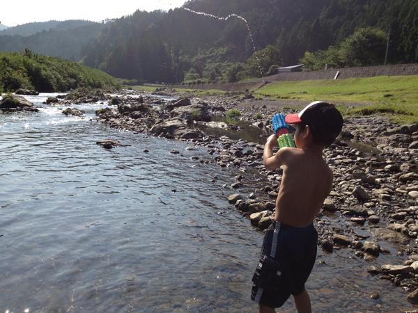 水鉄砲で遊ぶ息子