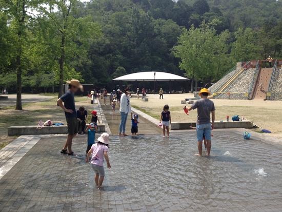 子供たち歓喜!宝ケ池公園子どもの楽園で早くも水遊び場が始まったので遊びに行って来た!